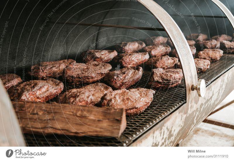 Rinderbrust bei einem Raucher Rindfleisch Kuh Fleisch Raucherin Rauchen Essen zubereiten kochen & garen Koch Bruststücke Lebensmittel Speise Foodfotografie