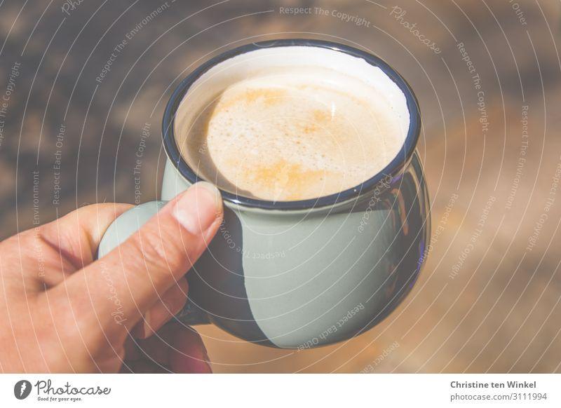 Eine Hand hält einen Becher mit Kaffee Getränk Heißgetränk feminin Frau Erwachsene 1 Mensch 45-60 Jahre festhalten ästhetisch Duft einfach Flüssigkeit glänzend
