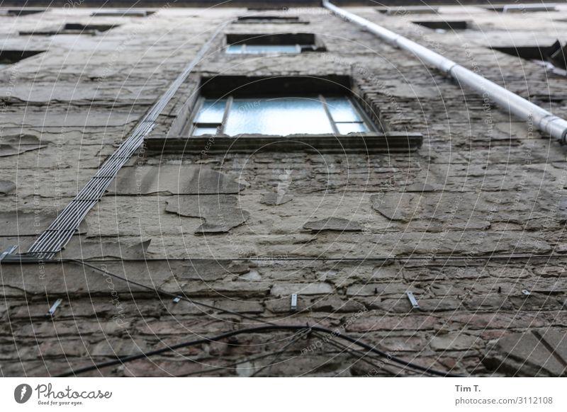 Hinterhof Berlin Pankow Stadt Hauptstadt Stadtzentrum Altstadt Menschenleer Haus Bauwerk Gebäude Architektur Mauer Wand Fassade Fenster Identität