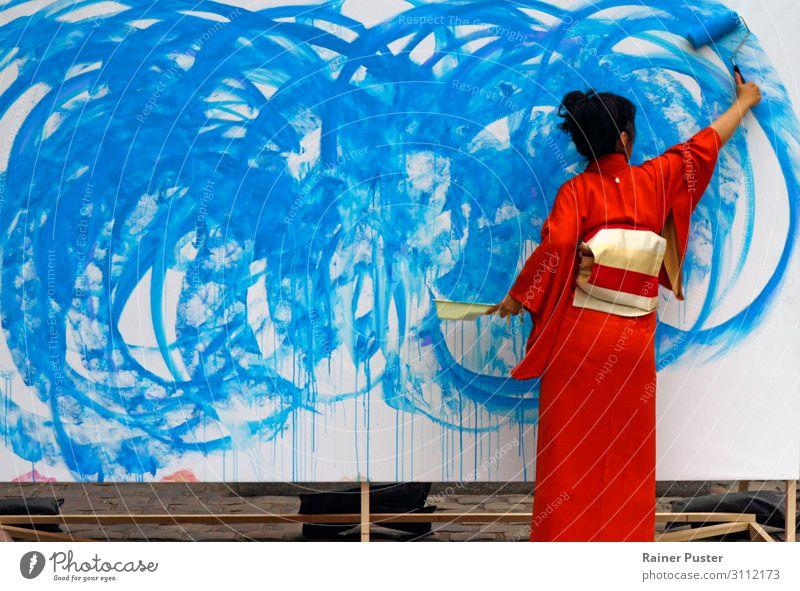 Frau in roten Kimono malt in blau Erwachsene feminin Kunst ästhetisch Kreativität Inspiration schwarzhaarig Kunstwerk Künstler Maler