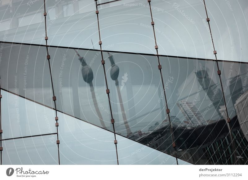 Fernsehturm in einer Spiegelung Ferien & Urlaub & Reisen Tourismus Sightseeing Städtereise Hochhaus Bauwerk Gebäude Architektur Fassade Sehenswürdigkeit