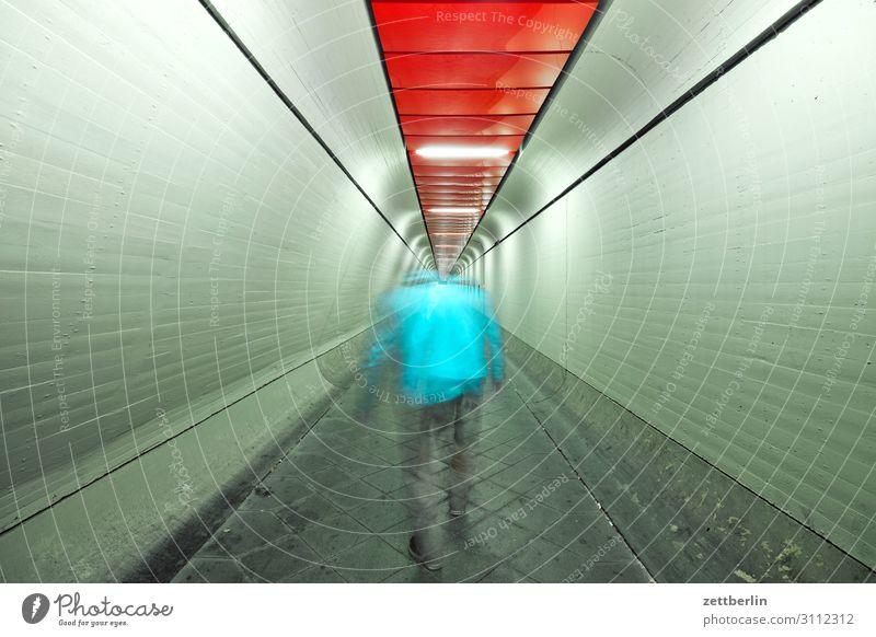 Mann im Tunnel (3) Bewegung dunkel Dynamik Mensch Nacht Flughafen Berlin-Tegel Gang Halle Lagerhalle Durchgang Flucht Perspektive Zentralperspektive Ferne