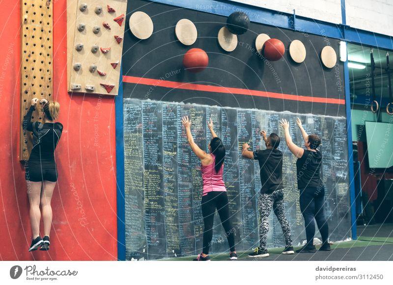 Gruppentraining an der Box Lifestyle Sport Tafel Mensch Frau Erwachsene Mann Menschengruppe Fitness sportlich authentisch stark Wandkugel Steckplatte Kasten