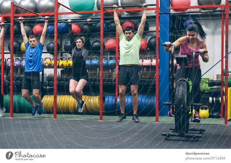 Athleten, die Pull-Ups machen und Airbike in der Turnhalle. Lifestyle Sport Ball Mensch Frau Erwachsene Mann Menschengruppe Fitness authentisch Klimmzüge