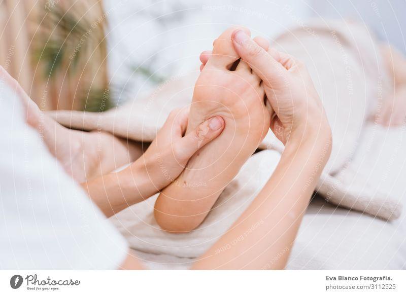 junge Physiotherapeutin Frau, die dem Patienten eine Fußmassage gibt. Lifestyle schön Körper Gesundheit Gesundheitswesen Behandlung Alternativmedizin Krankheit