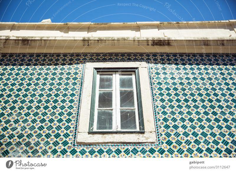 Fenster an gekachelter Wand - Sonnige Aussichten Portugal Reise Sommer Urlaub Sonne Kacheln fenster Himmel Hauswand hausfassade Azulejos blau türkis Reisen