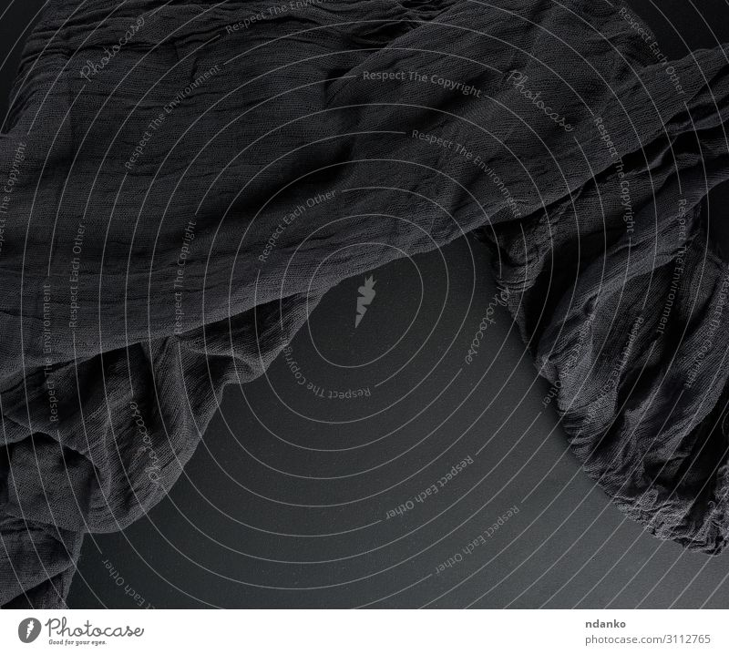 zerknitterter schwarzer Gaze-Stoff auf schwarzem Hintergrund Medikament alt dunkel retro weich Farbe Serviette winken Baumwolle Leinen Material rau rustikal