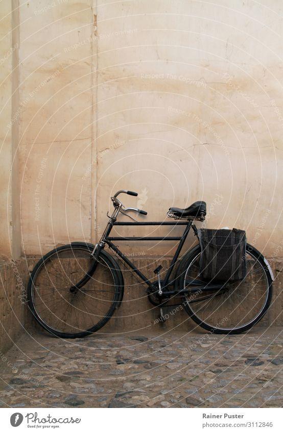 Altes Fahrrad vor Hauswand ruhig schwarz Wand Senior Mauer rosa stagnierend