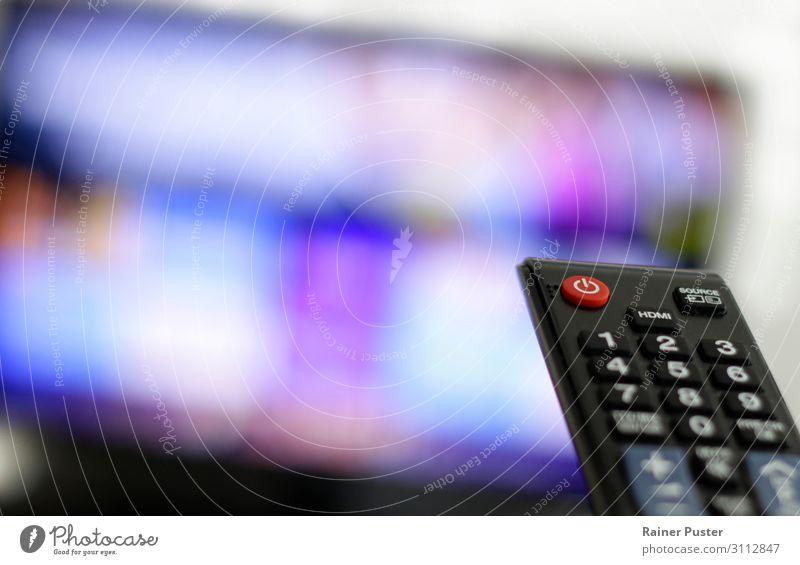 Binge Watching TV Fernseher Fernbedienung netflix High-Tech Informationstechnologie streaming Filmindustrie Video Fernsehen schauen Fernsehfilm blau violett