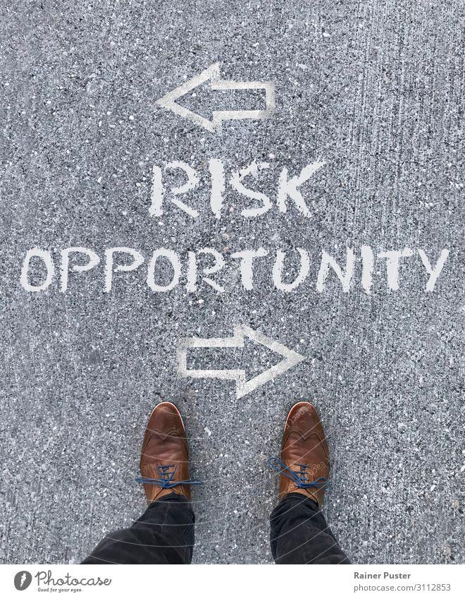 Chance oder Risiko? Wirtschaft Business Mittelstand Unternehmen Karriere Erfolg Fuß Straße Schuhe wählen braun grau Optimismus Erfahrung planen Entscheidung