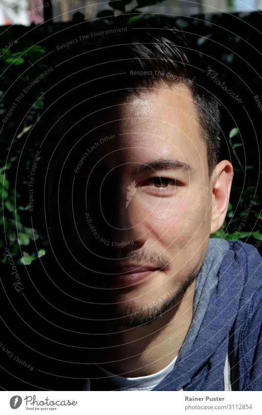 Halbschatten Gesicht maskulin Junger Mann Jugendliche Erwachsene Kopf 1 Mensch 30-45 Jahre beobachten Blick schwarz selbstbewußt Coolness ruhig einzigartig