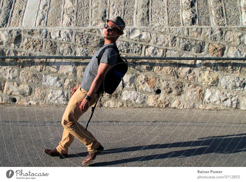 Gefährlicher Winkel maskulin Junger Mann Jugendliche Erwachsene 1 Mensch 30-45 Jahre Stadtrand Altstadt T-Shirt Hose Sonnenbrille Hut Stiefel gehen laufen