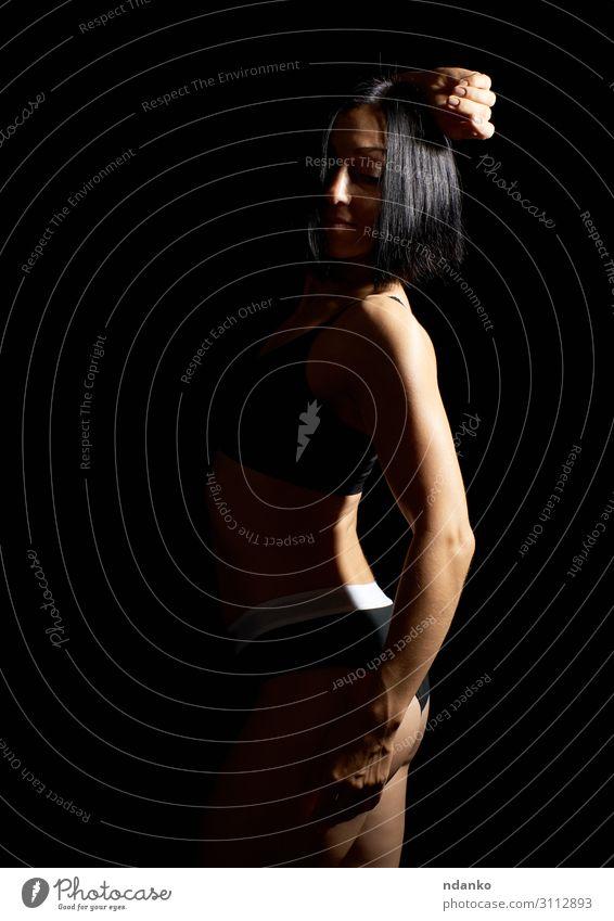 Erwachsenes Mädchen mit einer Sportfigur im schwarzen BH Lifestyle schön Körper sportlich Fitness Frau Hand 1 Mensch 30-45 Jahre Bekleidung brünett stehen