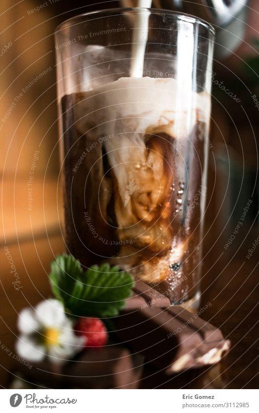 Gießen von Milch in Schokoladen-Espresso-Eiskaffee Kaffeetrinken Getränk Erfrischungsgetränk Latte Macchiato Glas Lifestyle elegant Freude Duft trendy braun