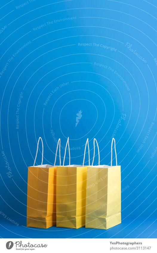 Drei Einkaufspapiertüten auf blauem Hintergrund. Weihnachtseinkäufe Lifestyle kaufen Freude Glück Winter Feste & Feiern Weihnachten & Advent