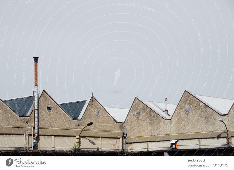 Sched Architektur DDR Wolkenloser Himmel Fabrik Fassade Schornstein Satteldach Ecke authentisch eckig retro trist grau Stimmung Schutz innovativ Nostalgie Stil