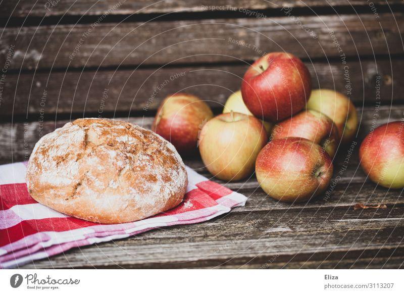 Laib Brot und knackige Äpfel auf Holzbank Lebensmittel Apfel Teigwaren Backwaren Ernährung Picknick Bioprodukte frisch Gesundheit Biologische Landwirtschaft