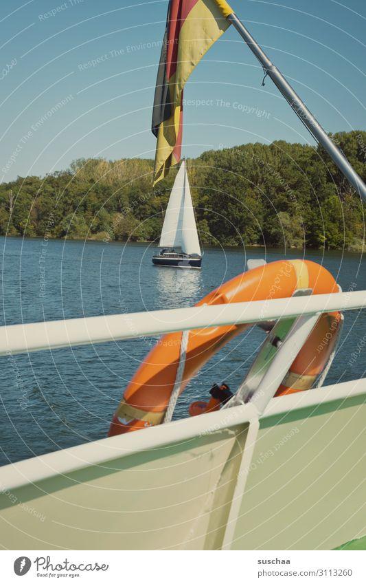schifffahrt Wasserfahrzeug Fahne Schifffahrt Rhein Fluss Rettungsring Deutsche Flagge Geländer Außenaufnahme Natur Ausflug Bootsfahrt Deutschland Schönes Wetter