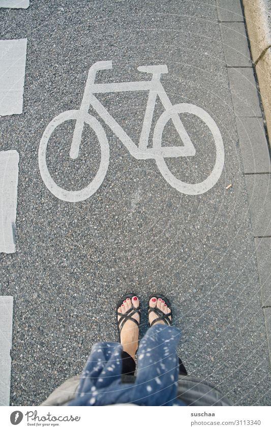 achtung fahrrad Frau Sommer Stadt Straße Wege & Pfade Stadtleben Verkehr Fahrrad Schilder & Markierungen stehen Fahrradfahren gefährlich Spaziergang Kontrolle
