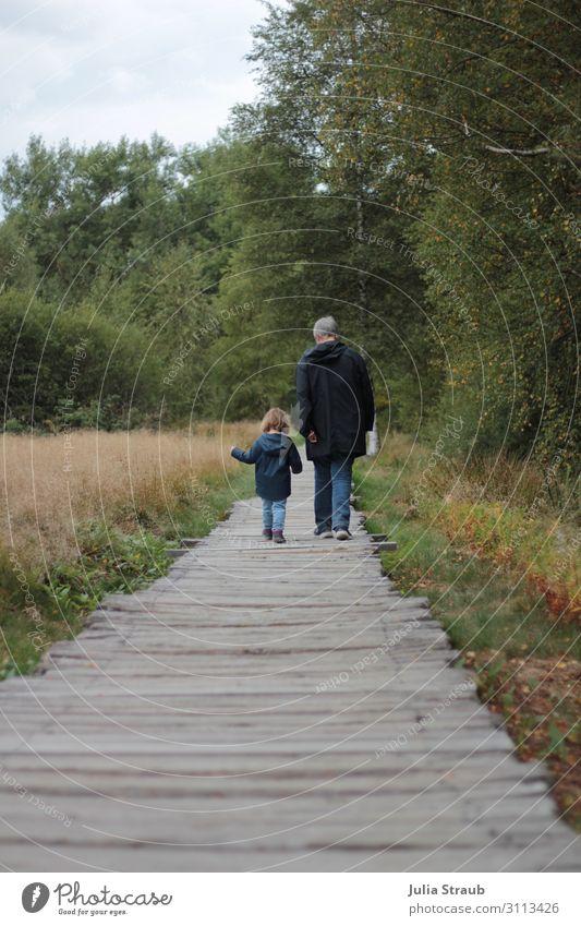 Weg Oma Kind Natur feminin Kleinkind Frau Erwachsene Weiblicher Senior Großmutter 2 Mensch 1-3 Jahre 45-60 Jahre Landschaft Herbst Schönes Wetter Baum Gras