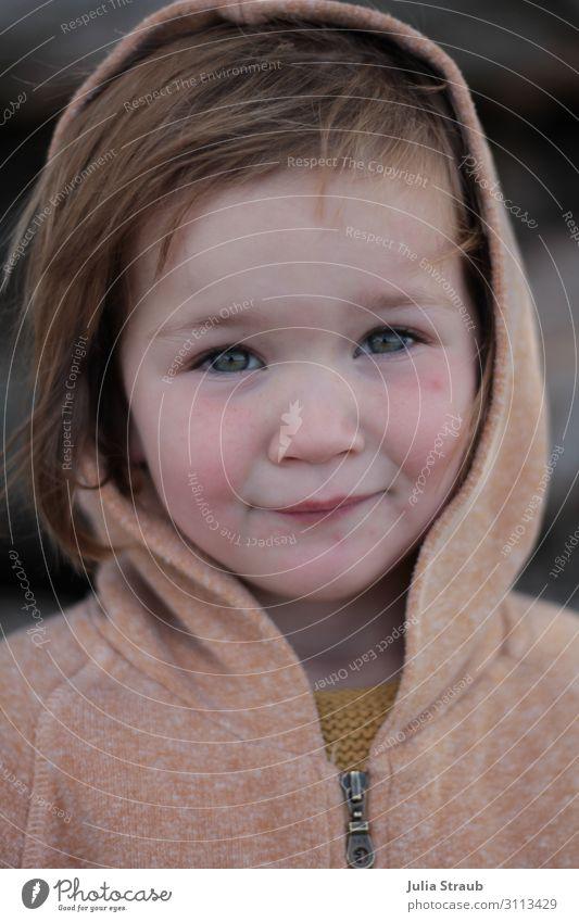 Mädchen Kapuze traurig feminin Kind 1 Mensch 3-8 Jahre Kindheit Kapuzenjacke brünett kurzhaarig Pony Blick Traurigkeit Müdigkeit Unlust Enttäuschung Erschöpfung