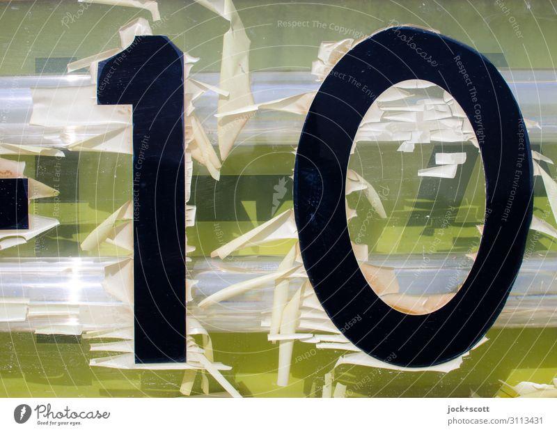 Zahl 10 auf alten Leuchtkasten Design Berlin-Tempelhof Folie Kunststoff Hinweisschild kaputt retro Wärme gelb Stimmung Nostalgie Verfall Vergangenheit