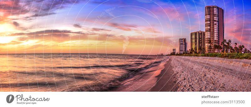 Sonnenuntergang über dem North Gulf Shore Beach entlang der Küste von Neapel ruhig Strand Meer Natur Landschaft blau gelb gold orange rosa Horizon Beach