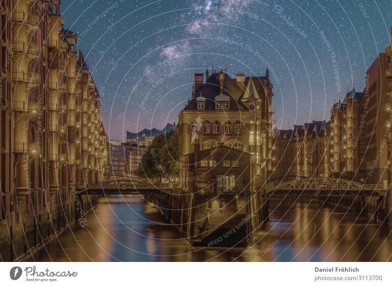 Hamburg bei Nacht Nachthimmel Stern Gebäude Architektur Sehenswürdigkeit Wasserschloss Hamburg Brücke Backstein entdecken Erholung alt Bekanntheit Design