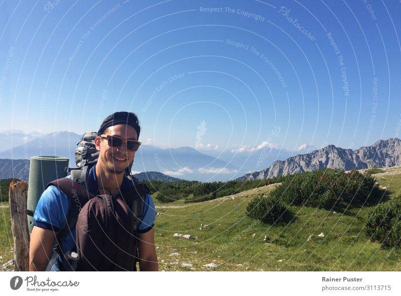Wanderer mit Alpen im Hintergrund sportlich Klettern Bergsteigen wandern maskulin Mann Erwachsene 1 Mensch 30-45 Jahre Wolkenloser Himmel Sonne Berge u. Gebirge