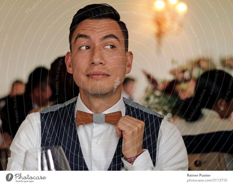 Mann mit Weste und Holzfliege blickt zur Seite bei einem Dinner Event Feste & Feiern Hochzeit maskulin Erwachsene 1 Mensch 30-45 Jahre Burg oder Schloss Anzug