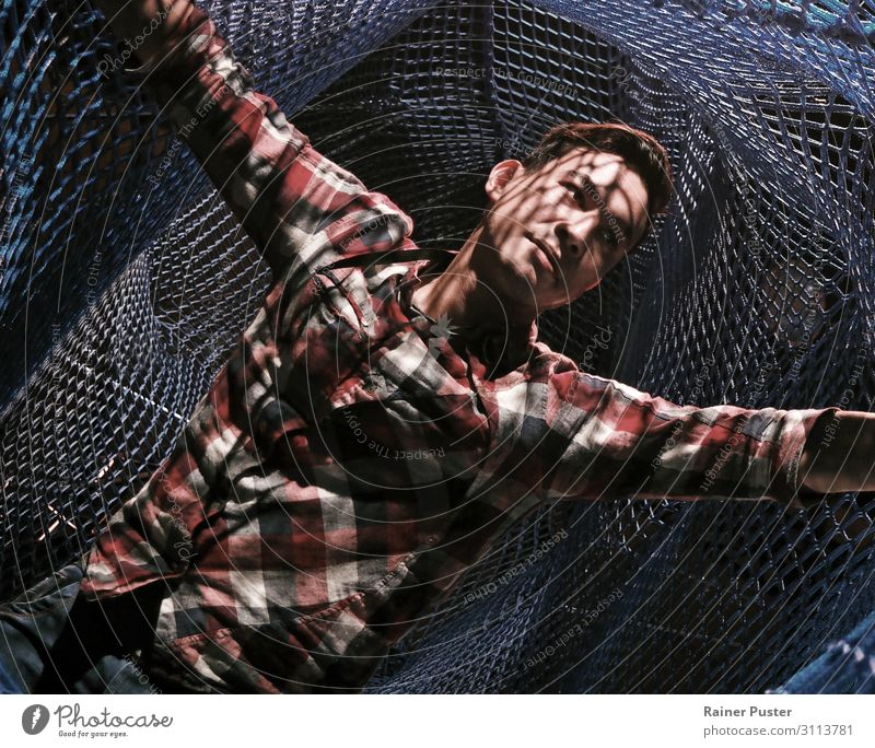 Junger Mann in einer Netz-Konstruktion Netzwerk Internet maskulin Jugendliche Erwachsene 1 Mensch 30-45 Jahre Hemd schwarzhaarig stehen blau Coolness Optimismus