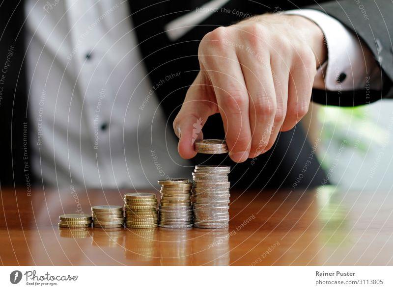Wachsende Gewinne Geschäftsmann Wirtschaft Börse Geldinstitut Business Unternehmen Erfolg Hand Geldmünzen Stapel Wachstum diszipliniert Ausdauer Ausgabe sparen