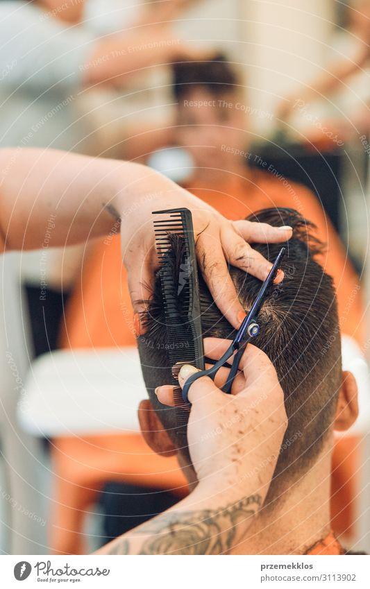Der Friseur schneidet Haare, indem er junge Männer frisiert. Lifestyle Stil Haare & Frisuren Arbeit & Erwerbstätigkeit Beruf Schere Frau Erwachsene Mann 2