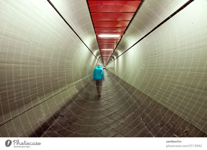 Mann im Tunnel (5) Bewegung dunkel Dynamik Mensch Nacht Flughafen Berlin-Tegel Gang Halle Lagerhalle Durchgang Flucht Perspektive Zentralperspektive Ferne
