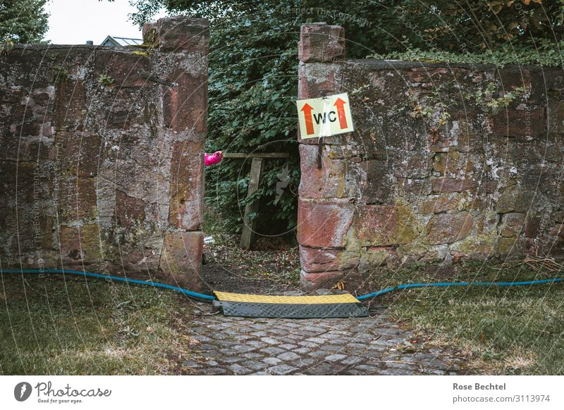 Fingerspitzengefühl - Der Weg zum WC alt Wege & Pfade Mauer Arme Hinweisschild Kabel Dienstleistungsgewerbe Toilette Durchgang Öffentliche Toilette