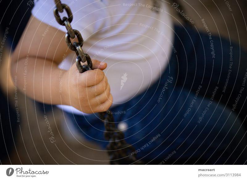 festhalten schaukeln Kind Kinderhand Hand Kleinkind Kette Metall Spielplatz Nahaufnahme Halt Sicherheit Detailaufnahme Makroaufnahme blond fingerchen Kindheit