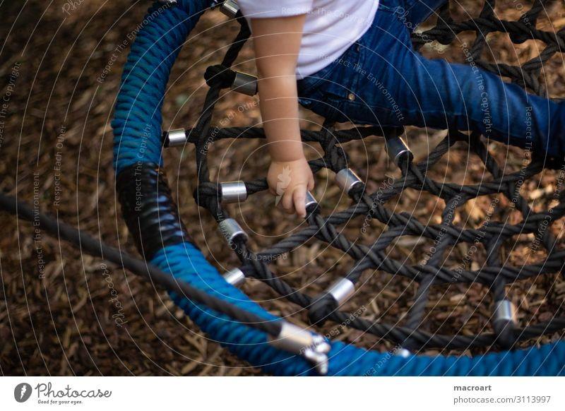 schaukeln festhalten Kind Kinderhand Hand Kleinkind Kette Metall Spielplatz Nahaufnahme Halt Sicherheit Makroaufnahme blond fingerchen Kindheit Spielen