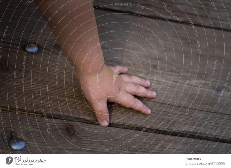 Kinderhand Hand kindlich festhalten Kleinkind Holz Boden Holzfußboden Jugendliche Junge Frau Spielen Kindheit Kindheitserinnerung dreckig schmuddelig