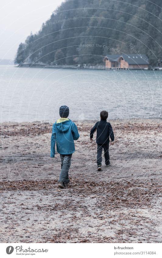 Zwei Kinder am Seeufer Freude harmonisch Wohlgefühl Freizeit & Hobby Spielen Ausflug Abenteuer Freiheit wandern 2 Mensch Wolken Herbst schlechtes Wetter Nebel