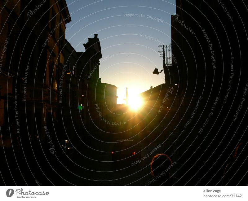 Urbane Sonnenschlucht Stadt Italien Dorf Gegenlicht Sonnenuntergang Europa planen