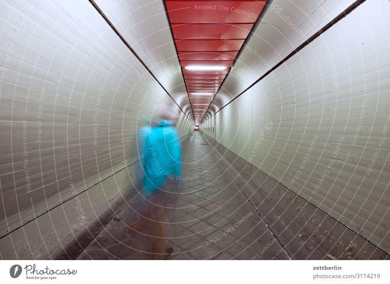Mann im Tunnel (2) Bewegung dunkel Dynamik Mensch Nacht Flughafen Berlin-Tegel Gang Halle Lagerhalle Durchgang Flucht Perspektive Zentralperspektive Ferne