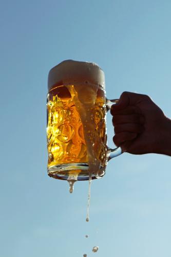 #A0# Bier her! Kunst ästhetisch Oktoberfest Biergarten Bierglas Bierkrug Bierschaum Bierzelt Biertische Zuprosten Alkohol Schaum Farbfoto mehrfarbig