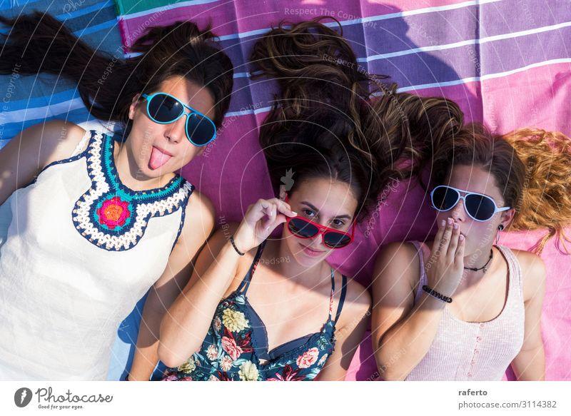 Nahaufnahme von Frauen, die am Strand genießen. Lifestyle Freude Glück schön Gesicht Erholung Freizeit & Hobby Spielen Ferien & Urlaub & Reisen Sommer Mensch