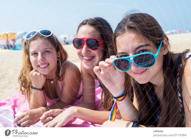 lächelnde Mädchen beste Freunde am Strand liegend, während sie die Kamera schauen. Lifestyle Freude Glück schön Körper Gesicht Erholung Ferien & Urlaub & Reisen