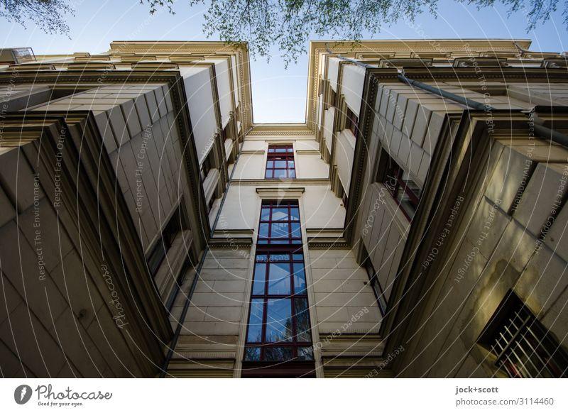 alles (nur) Fassade Architektur Ast Kreuzberg Stadtzentrum Stadthaus Gebäude Fenster Treppenhaus Ecke Erker authentisch eckig groß oben retro Verschwiegenheit