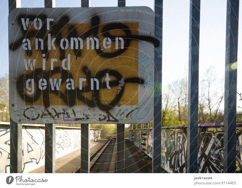vor ankommen wird gewarnt Freude Subkultur lost places Schönes Wetter Schöneberg Tor Metall Schriftzeichen Hinweisschild Warnschild Graffiti Linie Aussage