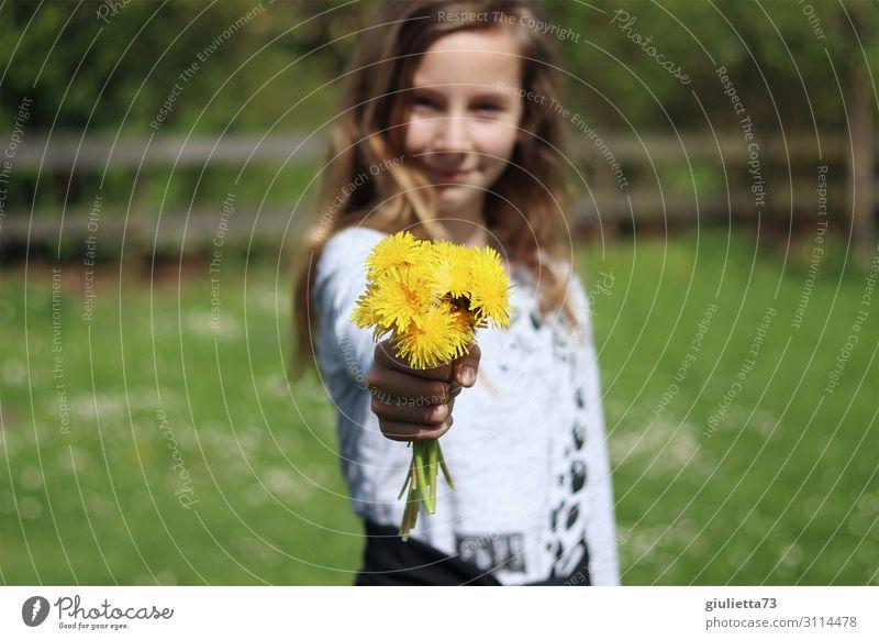 Alles Gute zum...   Mädchen mit Löwenzahn-Blumenstrauß Kindheit 1 Mensch 8-13 Jahre 13-18 Jahre Jugendliche Frühling Sommer Schönes Wetter Wiesenblume Garten