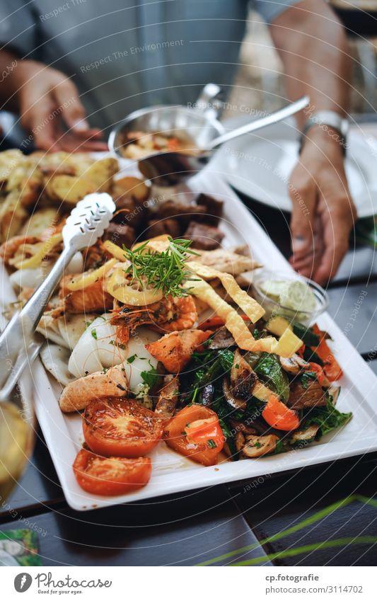 Foodporn Mensch Hand Lebensmittel Essen Feste & Feiern Zufriedenheit Ernährung Lebensfreude genießen Arme Fisch Kräuter & Gewürze Gemüse Bioprodukte wählen
