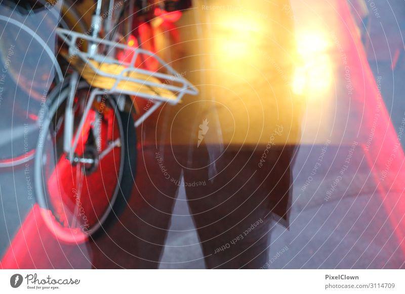 Fahrräder in der City Lifestyle kaufen Stil Design Mensch Mann Erwachsene Bauch Beine 1 45-60 Jahre Kultur Jugendkultur Subkultur Stadt Fassade Fenster Mode