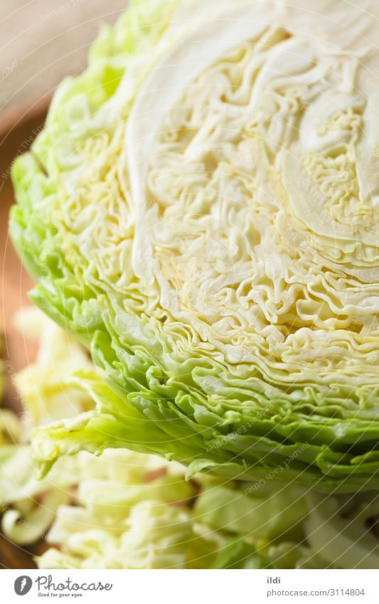 Roher Weißkohl Gemüse Ernährung Diät frisch natürlich grün weiß Lebensmittel Kohlgewächse Kohle roh Essen zubereiten kreuzbefleckt mit Kopf geschnitten